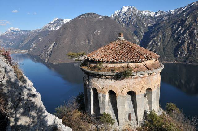 L'osservatorio della Rocca d'Anfo che domina il lago d'Idro