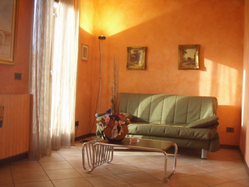 Soggiorno con divano letto Casa Flora - lago di Idro - Hotel Alpino