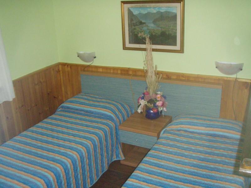 Villa Stefano slaapkamer met twee gescheiden bedden - Hotel Alpino - Idromeer