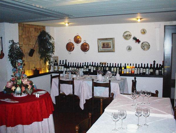 Lago d'Idro, Hotel Alpino la sala pranzo con la scelta dei vini