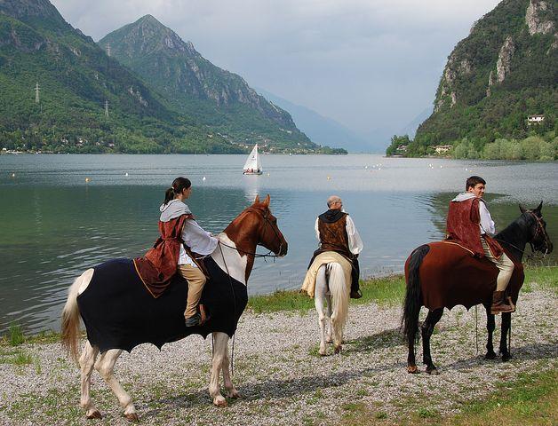 Le passaggiate a cavallo intorno al lago e lungo i sentieri attrezzati