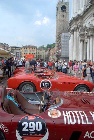 Millemiglia Historisch auto's vertrek van Brescia