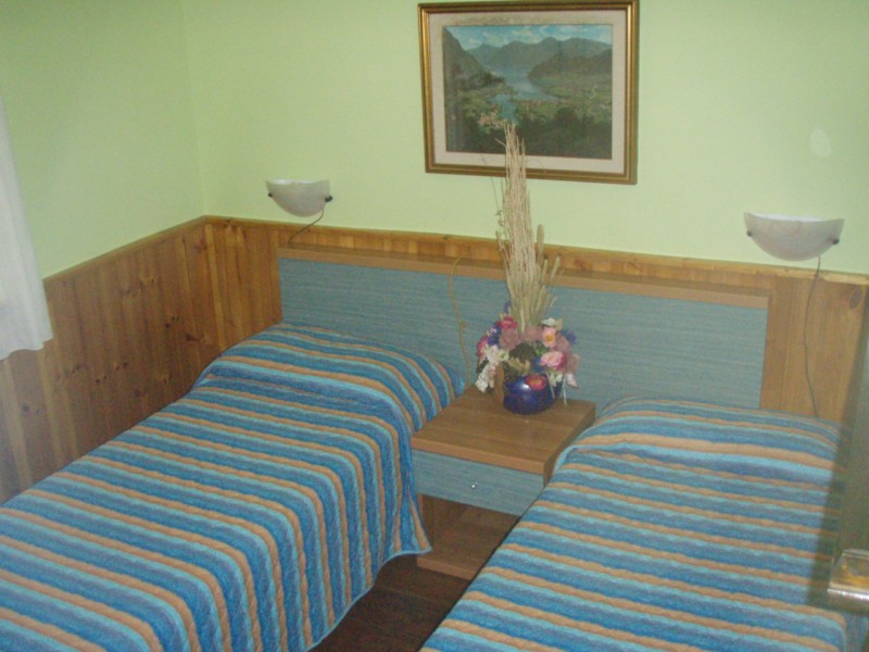 Villa Stefano single bedroom with 2 single beds - Hotel Alpino - Idro lake